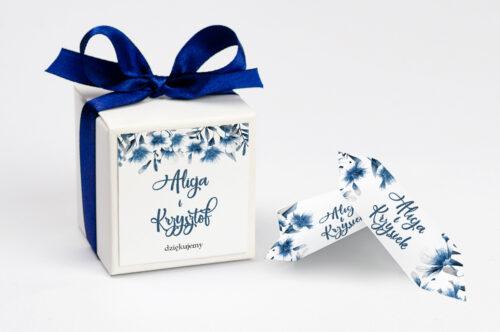 personalizowane pudełeczko na krówki we wzorze niebieskich kwiatów