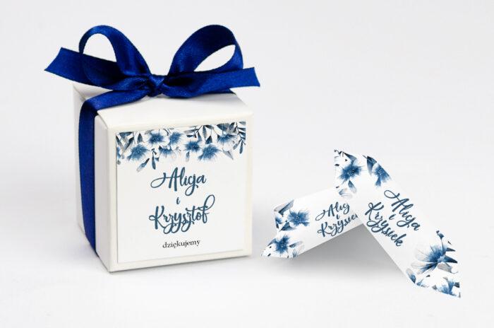 ozdobne-pudeleczko-z-personalizacja-zdjeciekalendarz-w-folderze-niebieskie-kwiaty-kokardka--krowki-z-dwiema-krowkami-papier--pudelko-