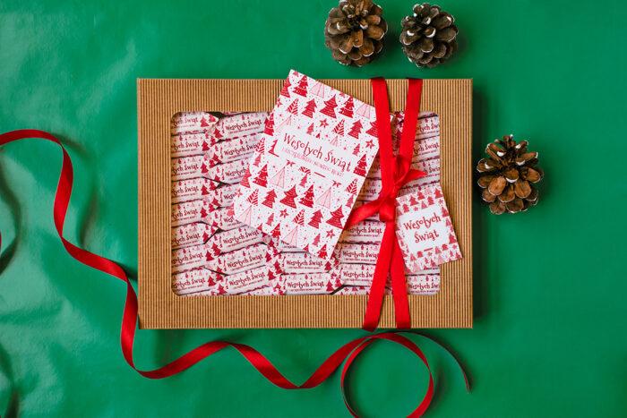 maly-zestaw-swiateczny-z-krowkami-i-kartka-czerwone-choinki-kartka-swiateczna-czerwone-choinki-dodatki--krowki-maly-zestaw-32-szt-krowek-pudelko-z-okienkiem-male-wstazka-