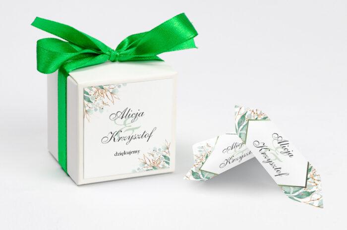 ozdobne-pudeleczko-z-personalizacja-geometryczne-kwiaty-galazki-ze-zlotem-kokardka--krowki-z-dwiema-krowkami-papier--pudelko-