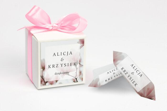ozdobne-pudeleczko-z-personalizacja-fotograficzne-kwiaty-subtelna-magnolia-kokardka--krowki-z-dwiema-krowkami-papier--pudelko-