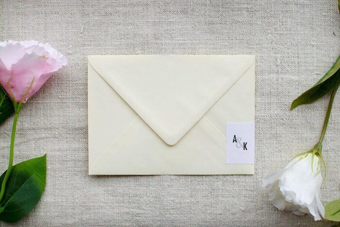 koperta-b6-kremowa-z-personalizacja-nowoczesne-papier-bialy-samoprzylepny
