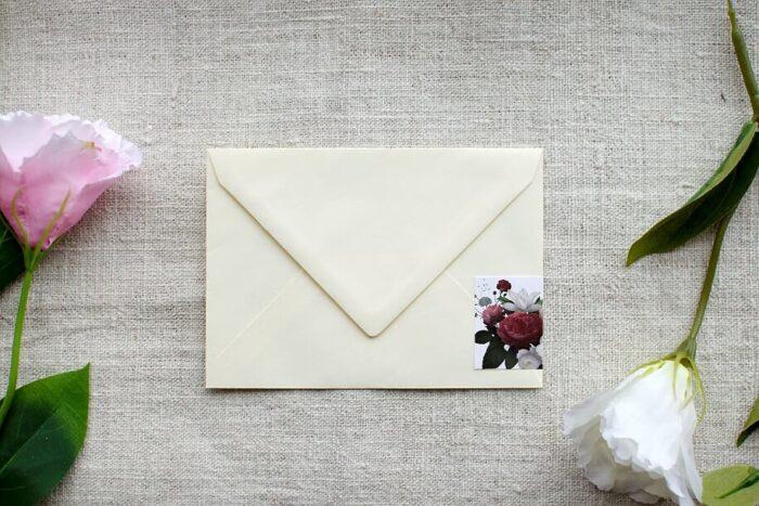 koperta-c6-kremowa-z-personalizacja-czerwono-bialy-bukiet-papier-bialy-samoprzylepny
