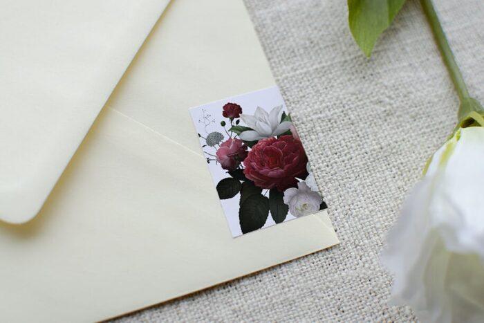 koperta-b6-kremowa-z-personalizacja-czerwono-bialy-bukiet