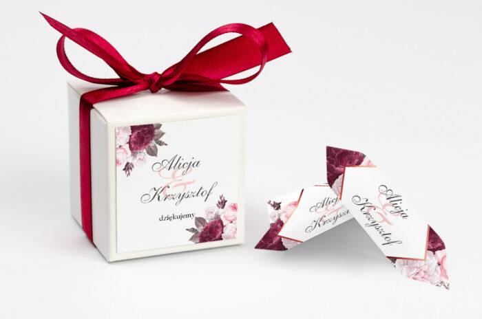 ozdobne-pudeleczko-z-personalizacja-geometryczne-kwiaty-amarantowy-bukiet-kokardka--krowki-z-dwiema-krowkami-papier--pudelko-