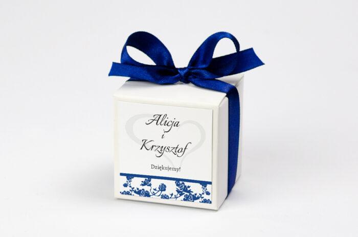 Ozdobne pudełeczko na krówki z personalizacją do zaproszenia Ornament z kokardką na pasku - wzór 3