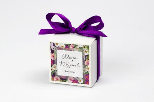 Pudełeczko z personalizacją na krówki do zaproszenia Tło z kwiatów – Kolorowe astry