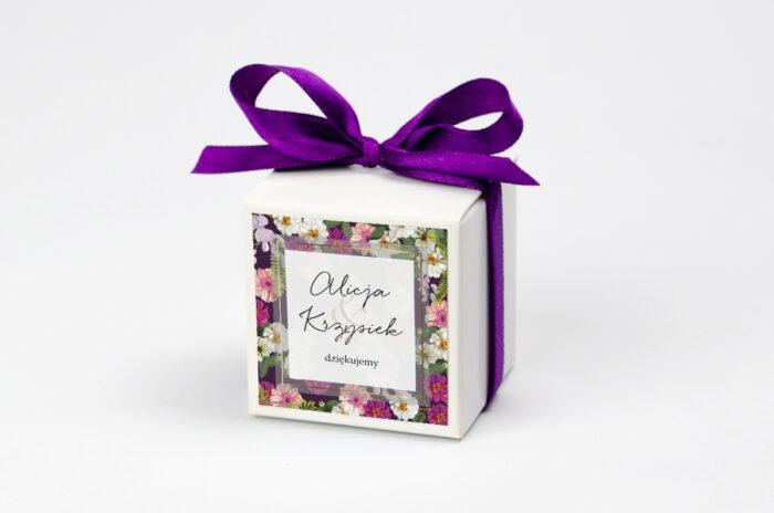 pudeleczko-z-personalizacja-do-zaproszenia-tlo-z-kwiatow-kolorowe-astry-kokardka--krowki-bez-krowek-papier--pudelko-