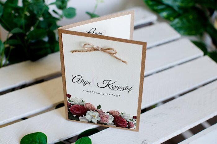 zaproszenie ślubne boho z kokardką we wzorze czerwonobiałych kwiatów