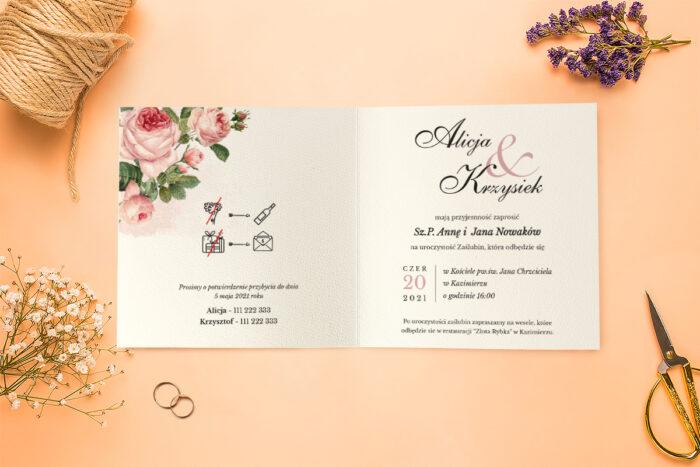 środek zaproszenia z drewnianymi serduszkami róże i motyl
