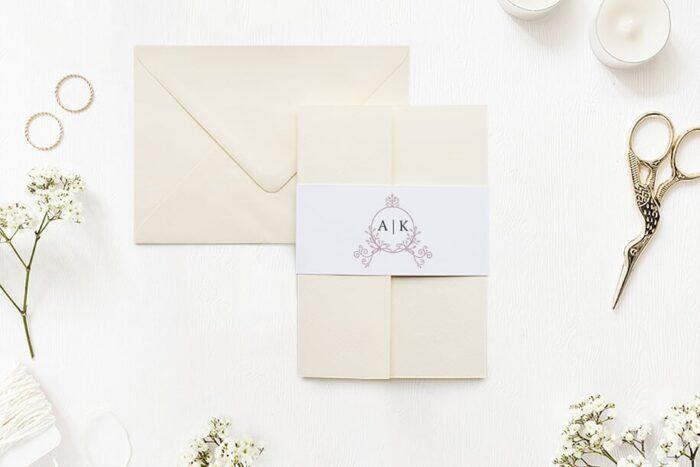 zaproszenie-slubne-w-folderze-ornamentowe-z-szarfa-pudrowe-galazki-papier-matowy-folder-rozowy-koperta-b6-szara-bez-wklejki