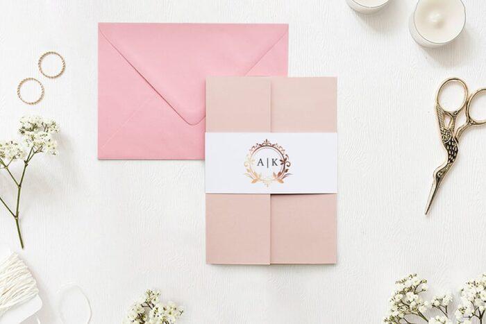 zaproszenie-slubne-w-folderze-ornamentowe-z-szarfa-miedziany-wianek-papier-matowy-folder-rozowy-koperta-b6-szara-bez-wklejki