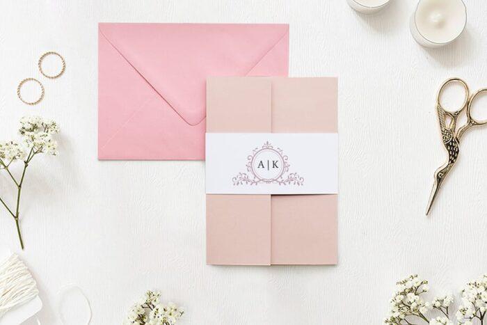 zaproszenie-slubne-w-folderze-ornamentowe-z-szarfa-pudrowy-roz-papier-matowy-folder-rozowy-koperta-b6-szara-bez-wklejki