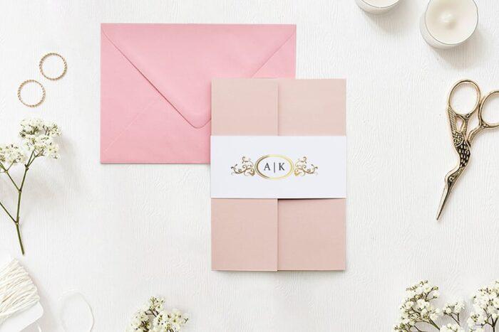 zaproszenie-slubne-w-folderze-ornamentowe-z-szarfa-zlota-elipsa-2-papier-matowy-folder-rozowy-koperta-b6-szara-bez-wklejki