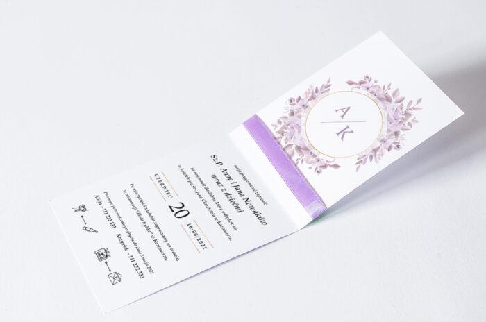 zaproszenie ślubne ze wstążką we wzorze fioletowych kwiatów