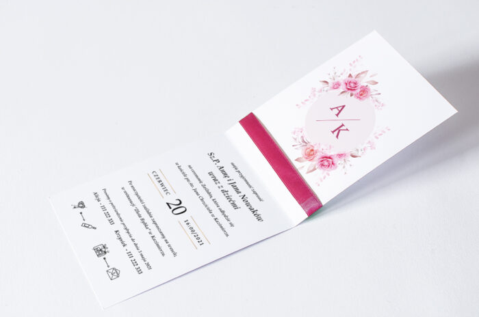 zaproszenie ślubne ze wstążką we wzorze malinowych róż