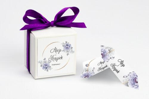 Ozdobne pudełeczko na krówki z personalizacją do zaproszenia ze zdjęciem i sznurkiem - Siwe kwiaty na kole