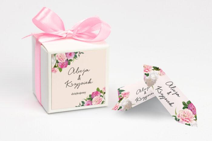 ozdobne-pudeleczko-z-personalizacja-eleganckie-kwiaty-biale-i-rozowe-piwonie-kokardka--krowki-z-dwiema-krowkami-papier--pudelko-
