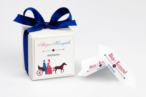 Ozdobne pudełeczko z personalizacją do zaproszenia Red & Blue we wzór powozu z parą młodą