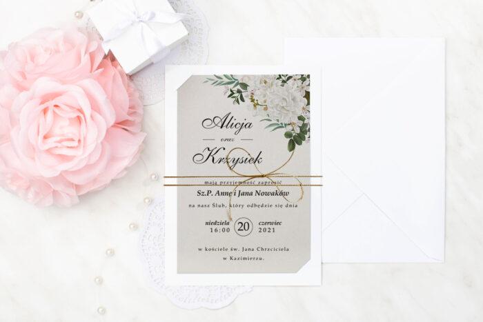zaproszenie-slubne-boho-jasne-kwiaty-kamelia-podkladki-bialab6-papier-szary-dodatki-sznurek-zloty-metalizowany-koperta-bez-koperty