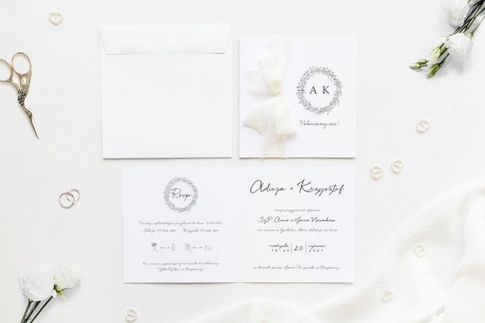 Minimalistyczne zaproszenie ślubne z szyfonową wstążką z gałązkami eukaliptuasa