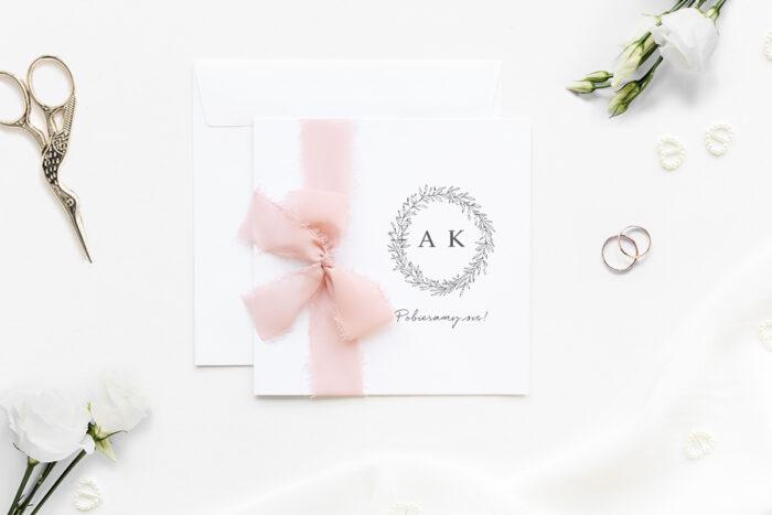 minimalistyczne-zaproszenie-slubne-z-szyfonowa-wstazka-galazki-eukaliptusa-papier-matowy-wstazka-szyfonowa-rozowa-koperta-k4-szara