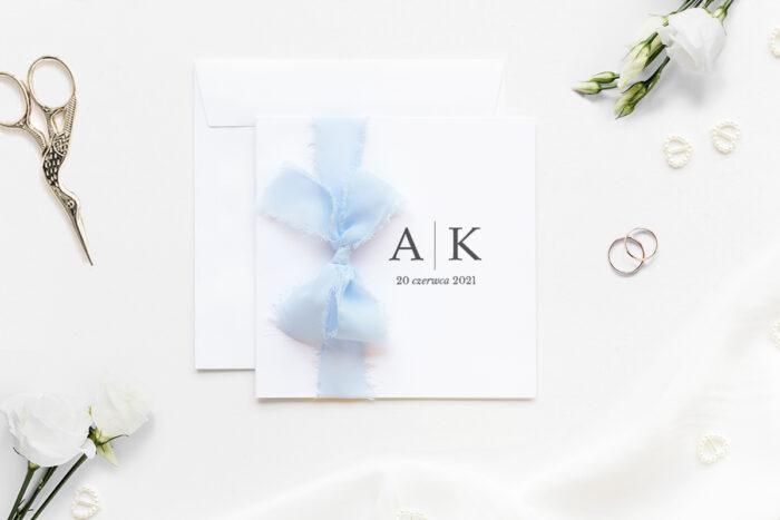 minimalistyczne-zaproszenie-slubne-z-szyfonowa-wstazka-inicjaly-papier-matowy-350g-wstazka-szyfonowa-blekitna-koperta-k4-szara