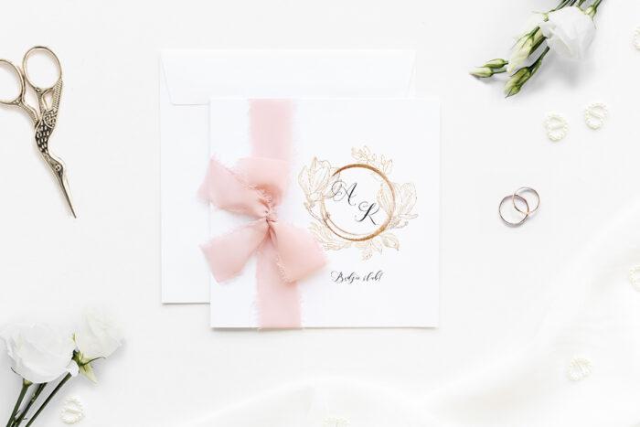 Minimalistyczne zaproszenie ślubne z szyfonową wstążką ze złotą magnolia