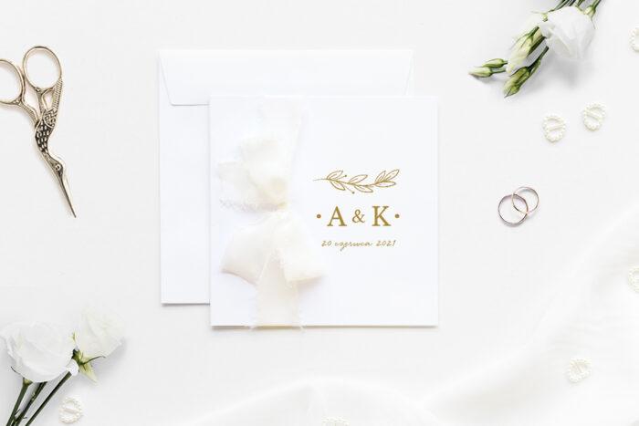 Minimalistyczne zaproszenie ślubne z szyfonową wstążką ze złotą gałązką
