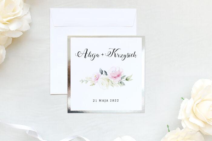 zaproszenie ślubne na srebrnej lustrzanej podkładce z kwiatami