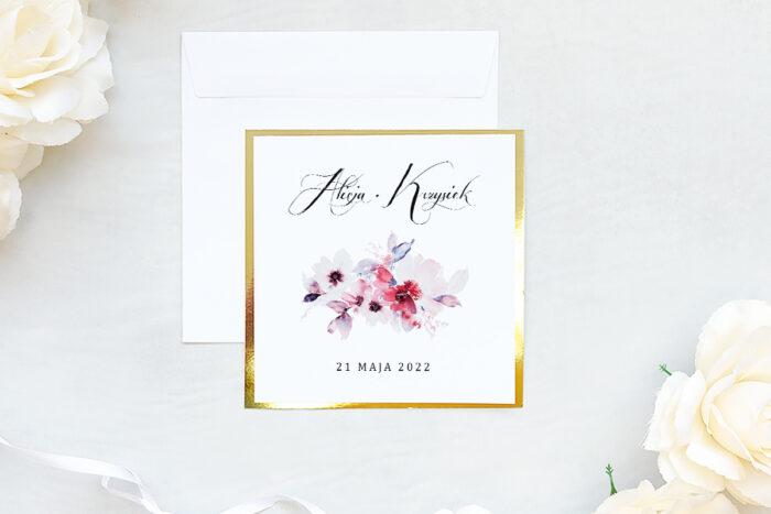zaproszenie ślubne na złotej lustrzanej podkładce z kwiatami