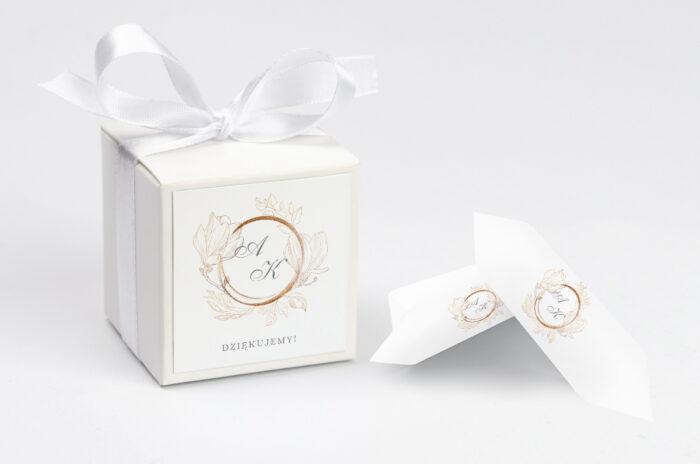 personalizowane pudełeczko na krówki do zaproszenia minimalistyczne magnolia