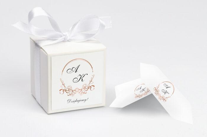 ozdobne-pudeleczko-z-personalizacja-do-zaproszenia-minimalistyczne-ornament-kokardka--krowki-z-dwiema-krowkami-papier--pudelko-