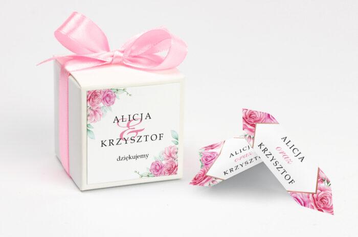 ozdobne-pudeleczko-z-personalizacja-geometryczne-kwiaty-rozowe-roze-kokardka--krowki-z-dwiema-krowkami-papier--pudelko-