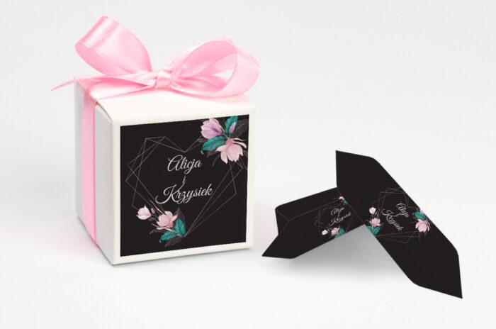 ozdobne-pudeleczko-z-personalizacja-geometryczne-serce-rozowe-kwiaty-ciemne-kokardka--krowki-z-dwiema-krowkami-papier--pudelko-