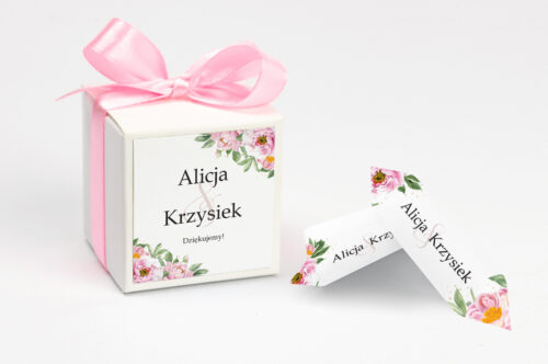 Ozdobne pudełeczko z personalizacją do zaproszenia ze sznurkiem – Różowe piwonie