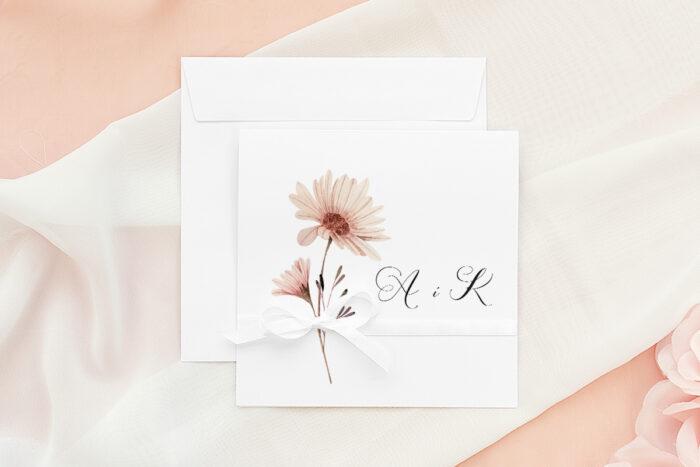 zaproszenie-slubne-bukiet-ze-wstazka-margaretka-papier-matowy-wstazka--koperta-k4-pastelowy-roz