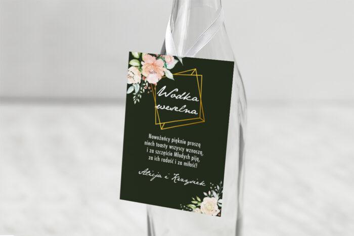 zawieszka-na-alkohol-do-zaproszenia-kontrastowe-z-kwiatami-jasna-kompozycja-kwiatowa-dodatki-zawieszka-papier-matowy