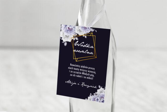 zawieszka-na-alkohol-do-zaproszenia-kontrastowe-z-kwiatami-niebieskie-roze-dodatki-zawieszka-papier-matowy