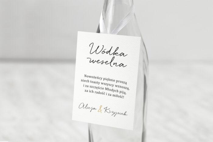 zawieszka-slubna-na-alkohol-minimalistyczne-ze-zlotem-eleganckie-papier-satynowany-dodatki-zawieszka_jutowa